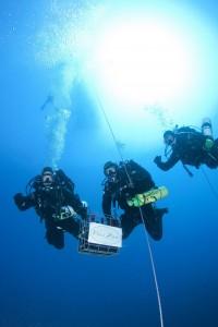 Sub portano cassa di vino in fondo al mare